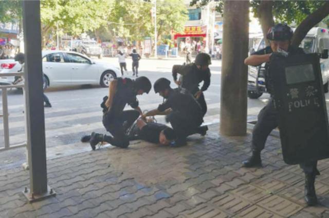 羅甸公安巡特民警開展反恐防暴演練