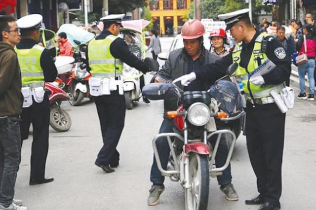 印江交警为学生保驾护航