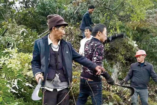 """贵州:3500多村民出行困难 他们誓在绝壁开""""天路"""""""