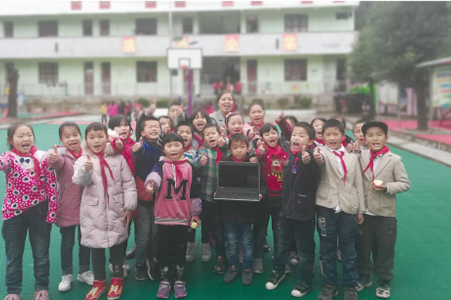 热心人被坚守深山老师的事迹打动 向山里娃捐电脑