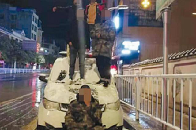 五名学生寻刺激 站警车顶拍雪景