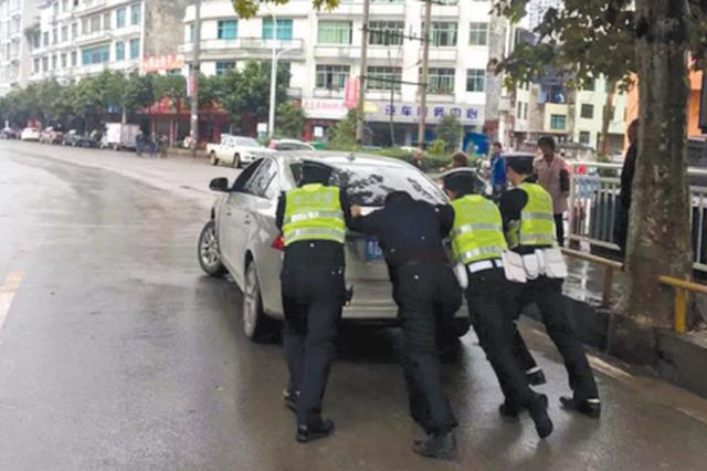 印江交警推车排路障