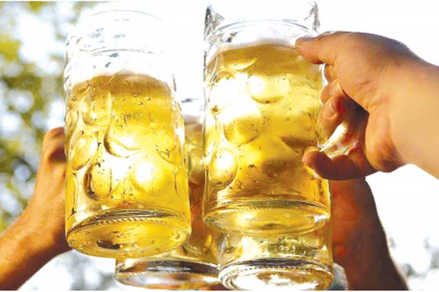 深夜聚餐喝酒男子意外坠亡 是洽谈工作还是私人聚会?