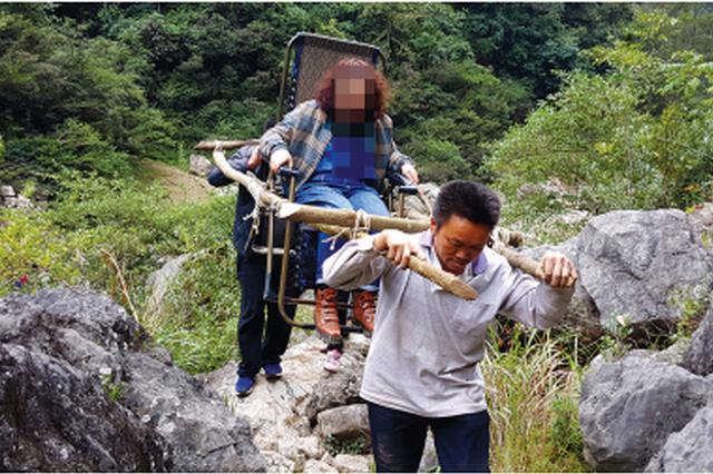 """游客小腿严重受伤 村民自制""""滑竿""""将她抬出大山"""
