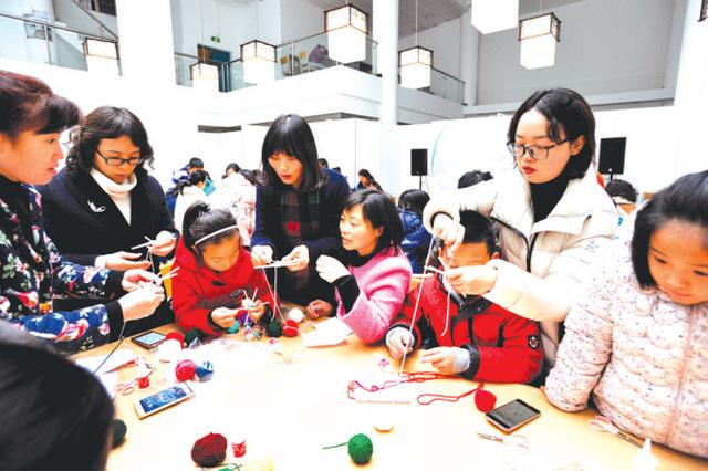 贵州省图书馆举办手工编织活动 巧手编制五彩梦