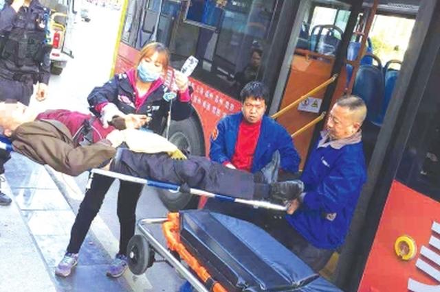 公交车上突然有人发病晕倒 抢救老人司机一直没闲着