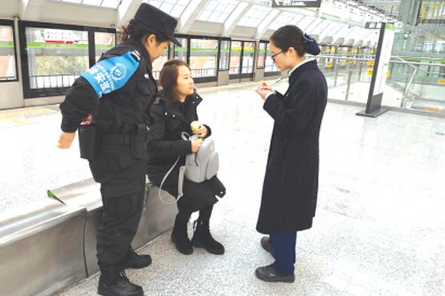 地铁列车上 孕妇突然晕倒 车站员工与乘客及时相助脱险