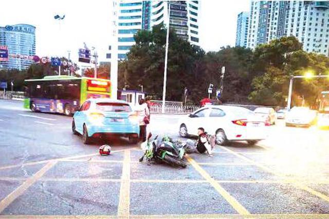 摩托车交叉路口与轿车相撞 骑手面临2万元赔偿