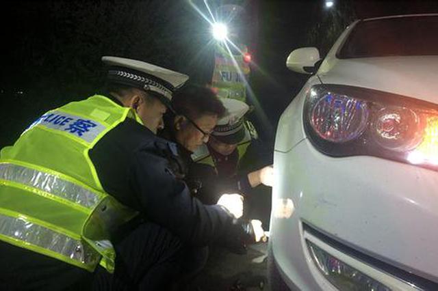 严寒中车辆被困 水城交警热情救助