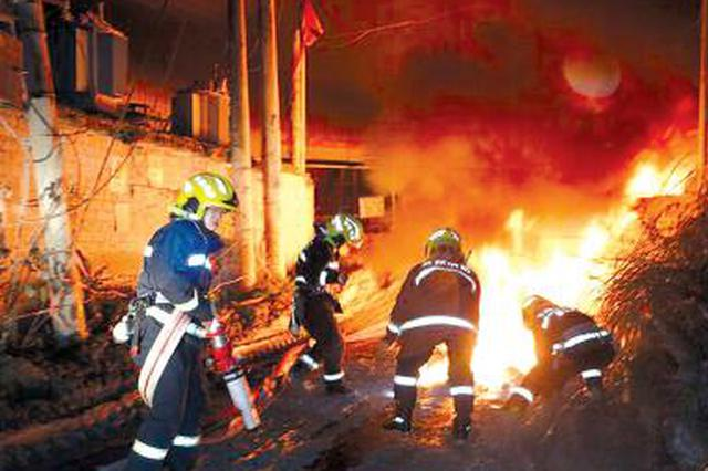 加油机起火危及柴油罐 消防处置及时消除险情