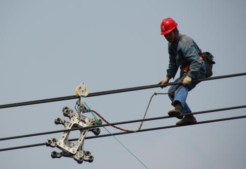 万山供电局将抗冰保供电工作进行到底