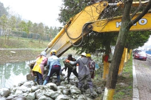六盘水:除草清淤 净化河道