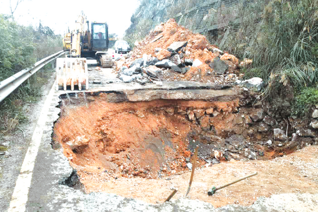中环路东段往宝福山、红岩村匝道路面塌陷致交通中断