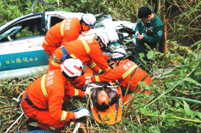 """的士车坠下70米深悬崖 峭壁悬绳消防拽上重伤""""的哥"""""""
