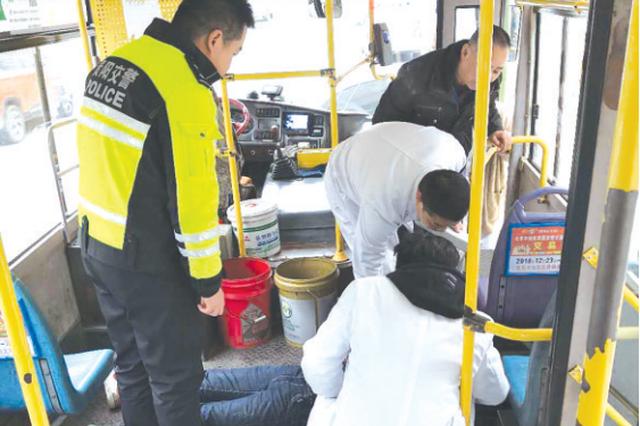 公交车上 乘客突然呕吐晕倒