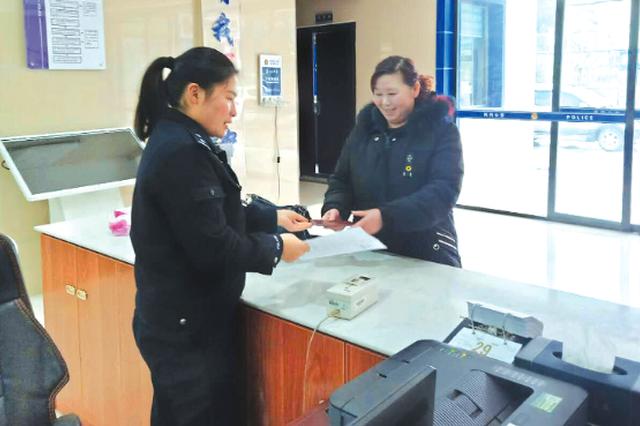 曾贤霞(左)为陈某办理户籍手续