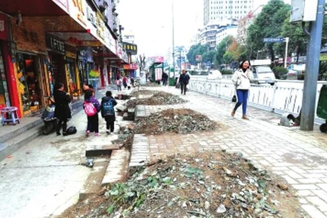 新添大道为配合地铁3号线建设  拆除人行天桥和行道树