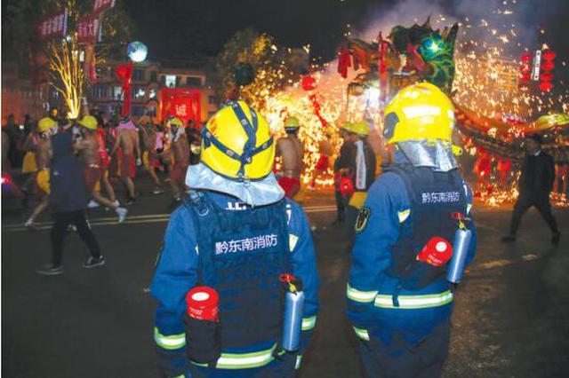 舞龙嘘花欢度元宵 消防安保全程保驾