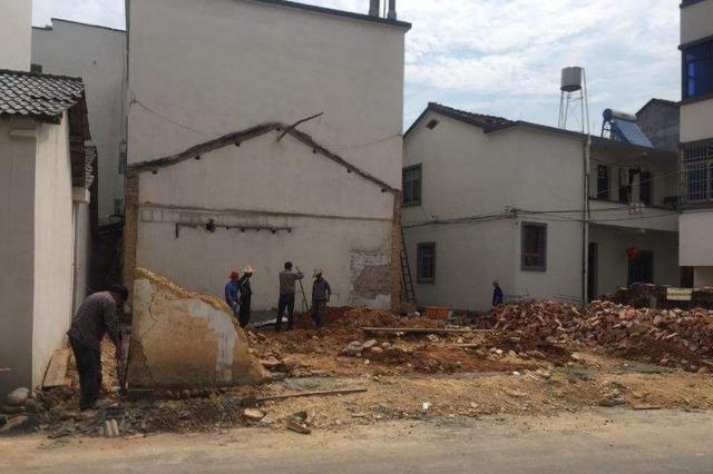 指挥挖机自拆违建房 房主不慎意外身亡