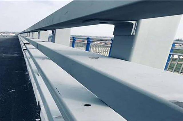觉得人行天桥太高太难爬 八旬翁翻护栏不慎摔伤