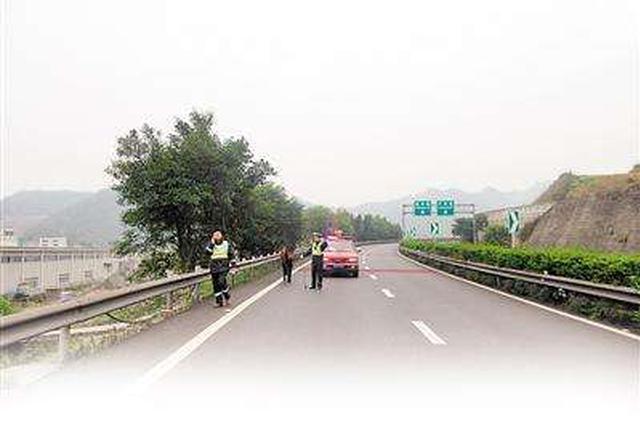 高速路上因眼疾违停 交警代驾助其回家