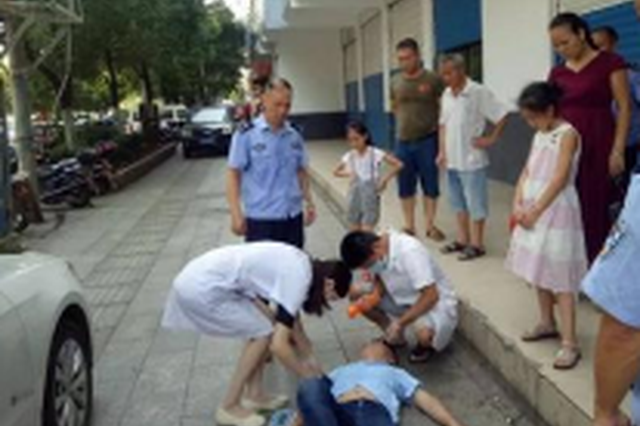 男子路边发病晕倒 民警掐人中?#26412;然?#37266;意识