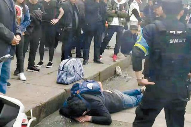 """醉酒男子把路当""""床"""" 民警及时救援避免意外发生"""