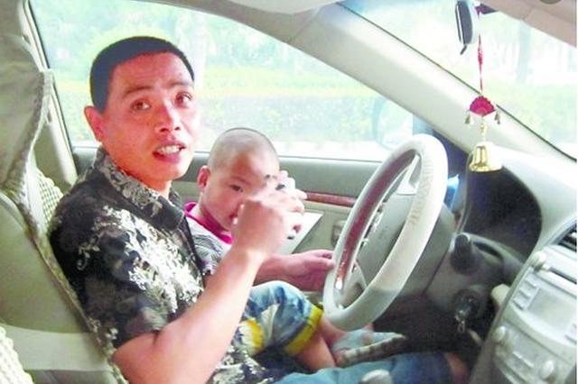 沿河县:男子抱着孩子开车自拍发朋友圈被交警处罚