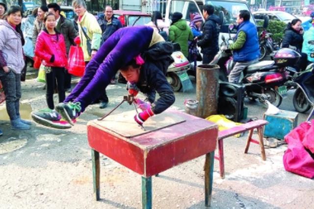 三女孩街头表演惊险杂技 救助人员劝导返乡