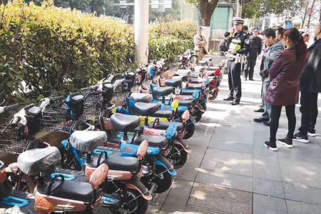 30辆电动车违停搞促销 交警按规定全部拖走并罚款300元