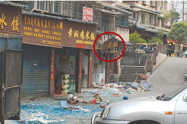 """贵阳一家餐馆疑似发生""""爆炸"""" 楼上玻璃全碎了"""