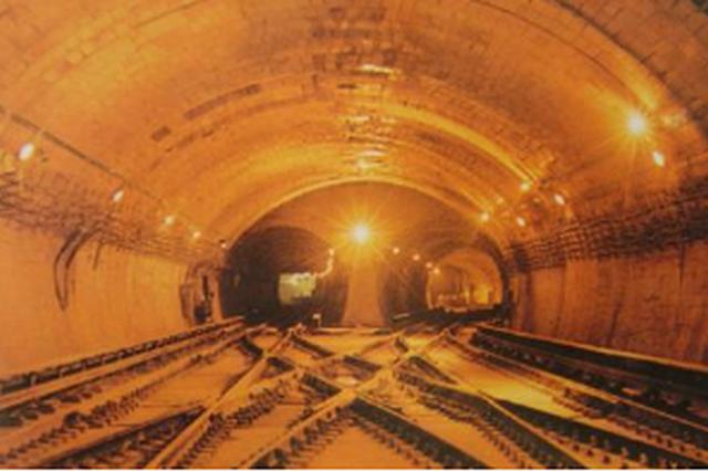 贵阳轨道2号线一期暗挖隧道全线贯通
