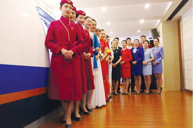 南航贵州举办历届空乘制服展示活动 空姐齐秀制服