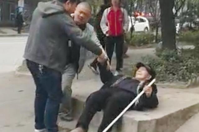凯里八旬老人倒地无法动弹 两位热心男子扶起老人