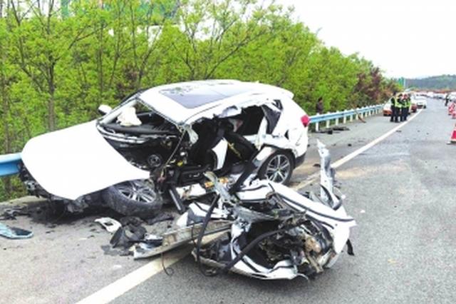 高速路上低头接电话 瞬间车辆撞护栏