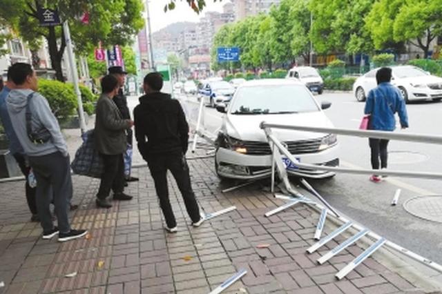 贵阳新添寨:大众失控冲垮护栏 碎片飞溅惊吓路人