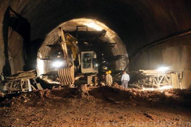 贵阳市域快铁控制性隧道贯通