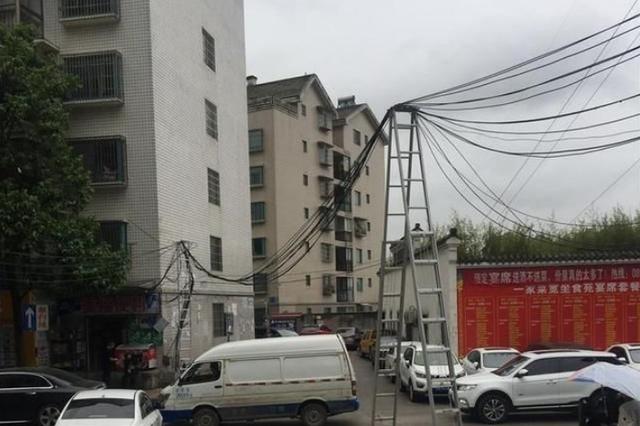 电缆线再次脱落 公交师傅再次客串维修工