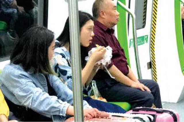 小姐姐 不要在地铁上吃牛肉粉哦
