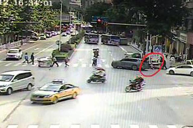 4岁女孩被困车底 众人帮忙抬车救人