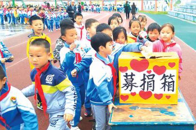 父母翻车生命垂危 年幼姐弟贵阳街头募捐医疗费