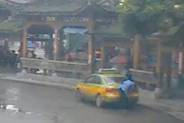 """出租车驾驶员""""机智""""违停 丢了12分"""