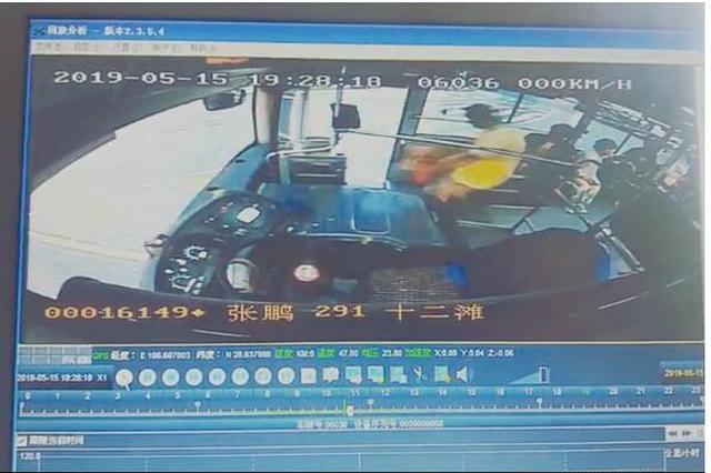 两名司机见证了他帮油罐车灭火的全过程