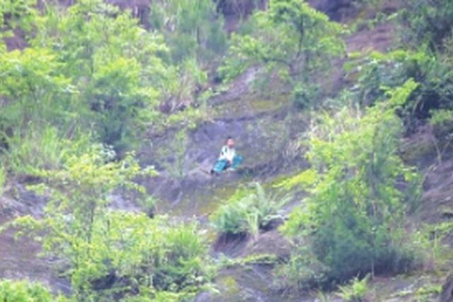 貴陽:撿鑰匙滑下斜坡 少年被困半山腰