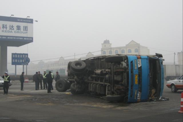 疲勞駕駛致滿載泥土的貨車側翻 司機逃脫妻子被困