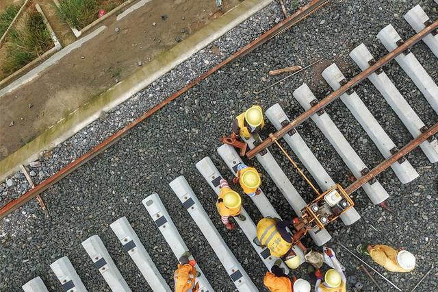 贵州省首条自建自营铁路铺轨完成