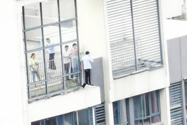 19岁小伙爬上18楼天台欲轻生 民警劝说5小时化解危机