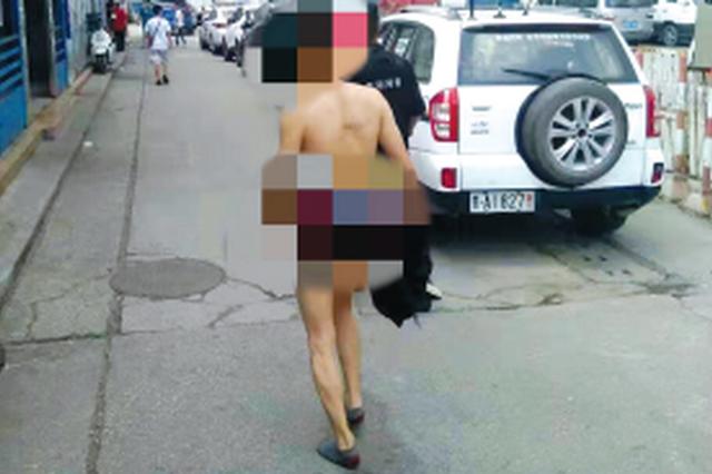 大白天 醉酒男子在街头裸奔