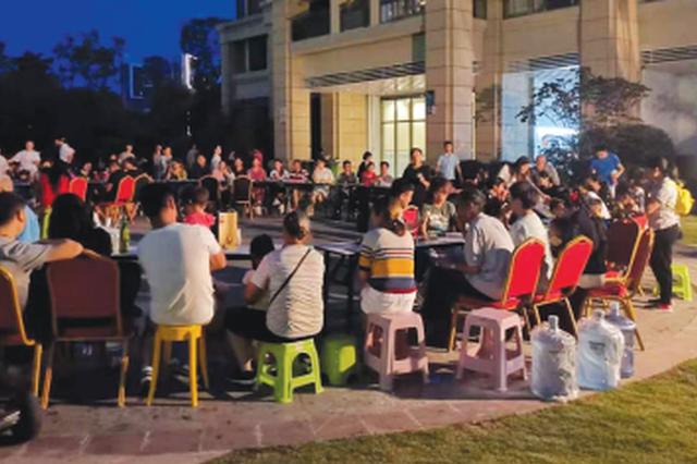 迎中秋话团圆 水东社区摆起圆桌宴