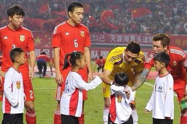 贵州丹寨小球童:希望以后有更多高水平的体育比赛